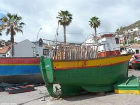 Fischerboot (FN.1137.L)  FUNCHAL / SACCARNEIRO   mit zum Trocknen aufgehängtem Lobos-Stockfisch (Câmara de Lobos an der Südküste Madeiras - 06.03.2014)