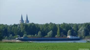 MEDUSA (ENI 06004189) mit Containern beladen, unter belgischer Flagge auf dem Rhein bei Bislich (Stadt Wesel, NRW, September 2013).