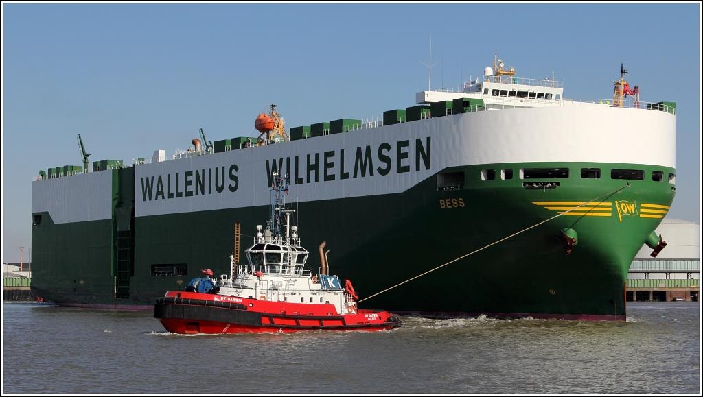 schiff wird von zwei schleppern gezogen