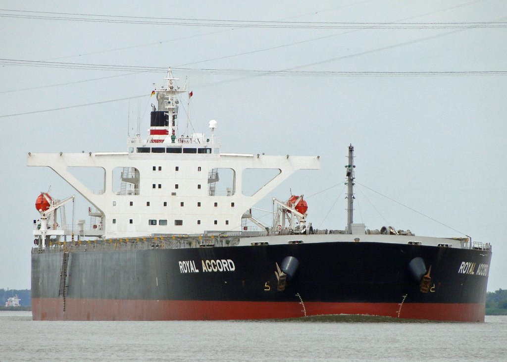 Royal Accord . Bulk carrier.Tragfahigkeit: 180129 t. Kurs Hamburg. 02.07.2012