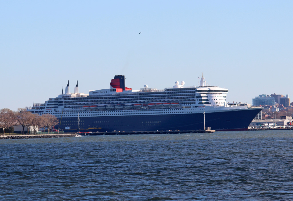 Am 25.11.2017 liegt  Queen Mary 2  am Kreuzfahrtterminal Brooklyn in New York.