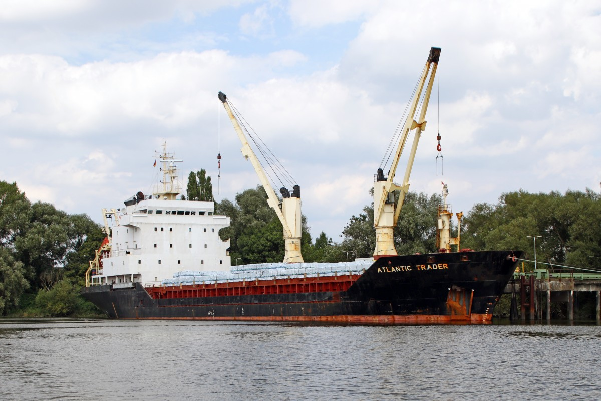 Der General Cargo Frachter  Atlantic Trader   IMO:8900969, am Kai im Hamburger Hafen...