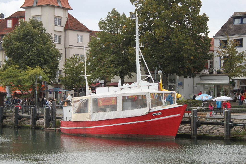Der Imbisskutter Stelling am 15.09.2018 in Warnemünde