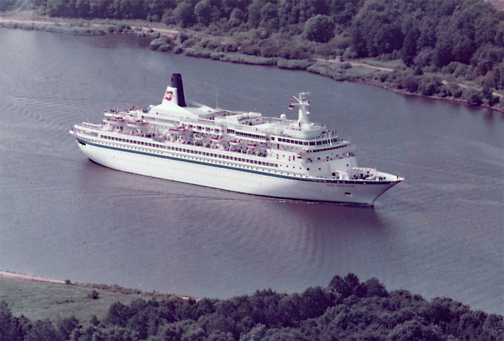 Luftaufnahme des M/S ROYAL VIKING STAR in Nord-Ostsee-Kanal bei Rendsburg - Sommer 1982. IMO-Nr. 7108930. Umbenennungen des Schiffes: 1991 in WESTWARD; 1994 in STAR ODYSSEY und seit 1996 in BLACK WATCH.