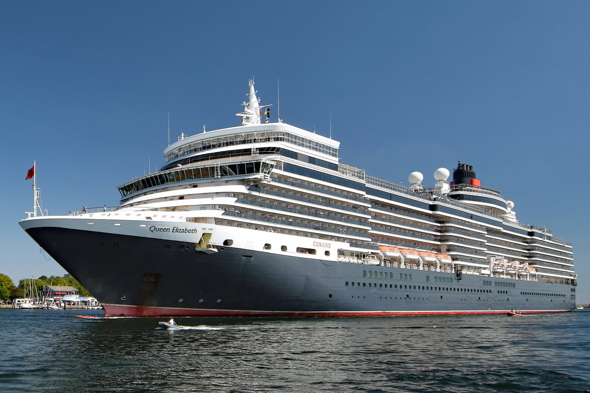 QUEEN ELIZABETH am 7.8.2018 in Lübeck-Travemünde einlaufend