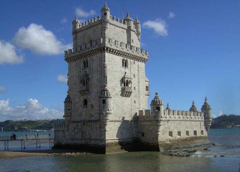der torre de belem an der tejomuendung bei lissabon ist ein beruehmtes wahrzeichen der stadt. Black Bedroom Furniture Sets. Home Design Ideas