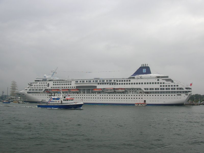 MV Norwegian Dream am 11.08.07 in Warnemünde.