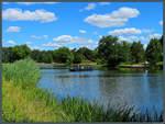 Im Wörlitzer See kommen von Frühjahr bis Herbst mehrere kleine Seilfähren zum Einsatz, die mittels Muskelkraft bewegt werden. Hier zu sehen ist die Amtsfähre zwischen Synagoge und Weidenheger. (01.07.2018)