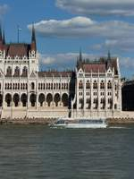 Die Legenda City Cruises  Duna Bella  vor dem Parlament in Budapest, 7.8.16
