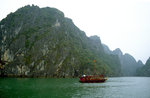 Holzboot in der Halong-Bucht.